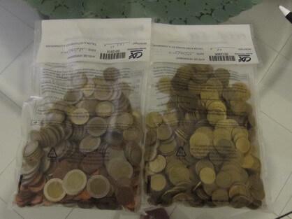 小銭を専用袋にまとめて銀行に