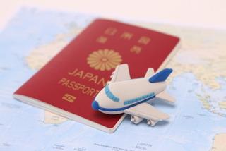 パスポートとおもちゃの飛行機