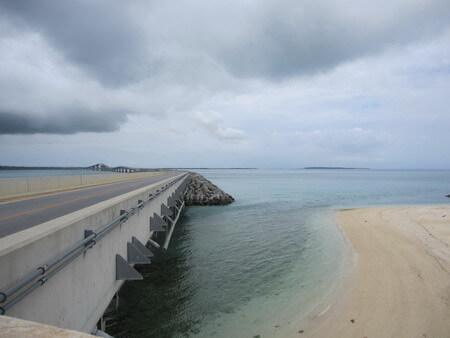 伊良部大橋下のビーチ