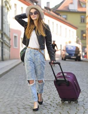 キャリーバッグを持ち歩く女性
