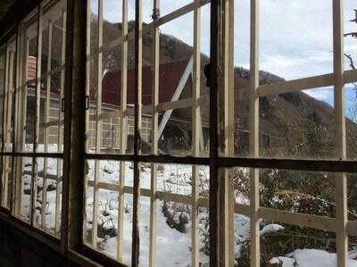 土合駅 窓から見える駅舎