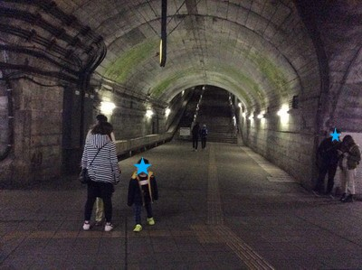 土合駅を降りる乗客