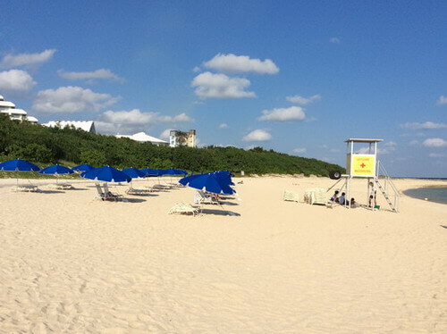 マエサトビーチ 青いパラソル